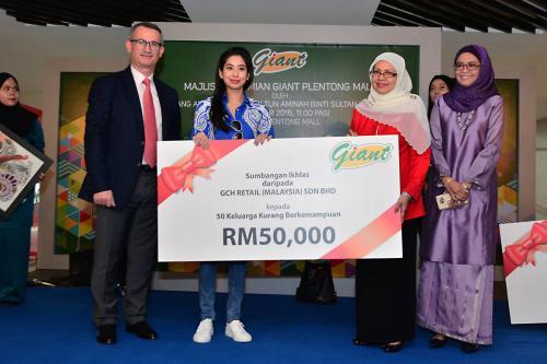 Giant - MyKasih food aid for 50 families in Johor Bahru
